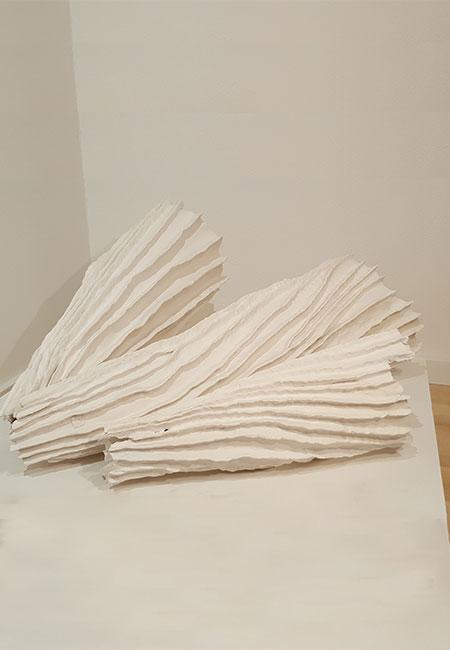 """""""Gehäuse"""": drei Objekte aus Paperclay und weißer Porzellanengobe von Christine Neubauer"""